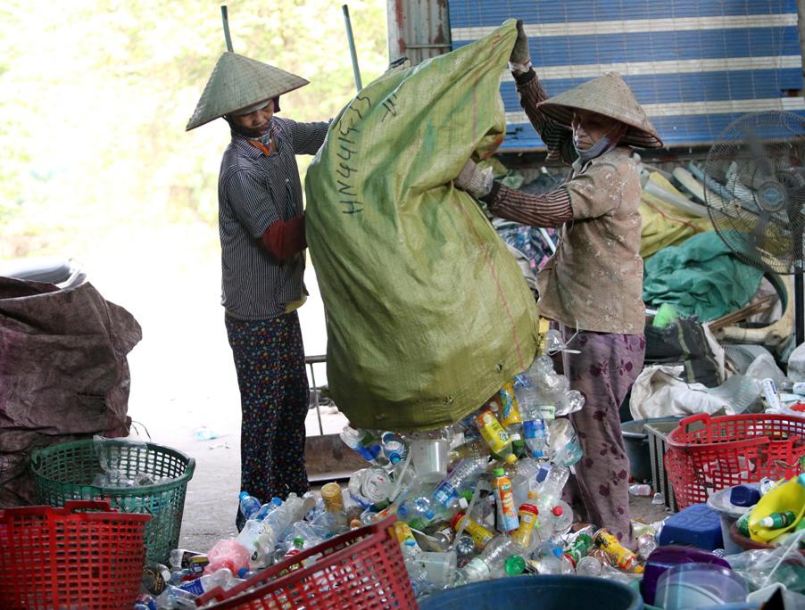 Làng tái chế nhựa phế liệu